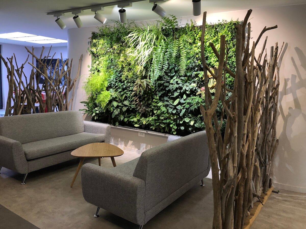 Une zone de repos aménagée avec un mur végétal