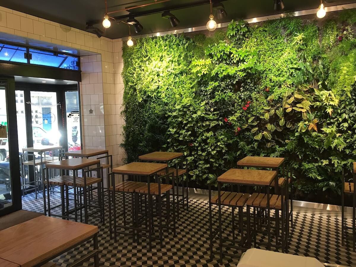 Mur végétal dans un restaurant de fresh food
