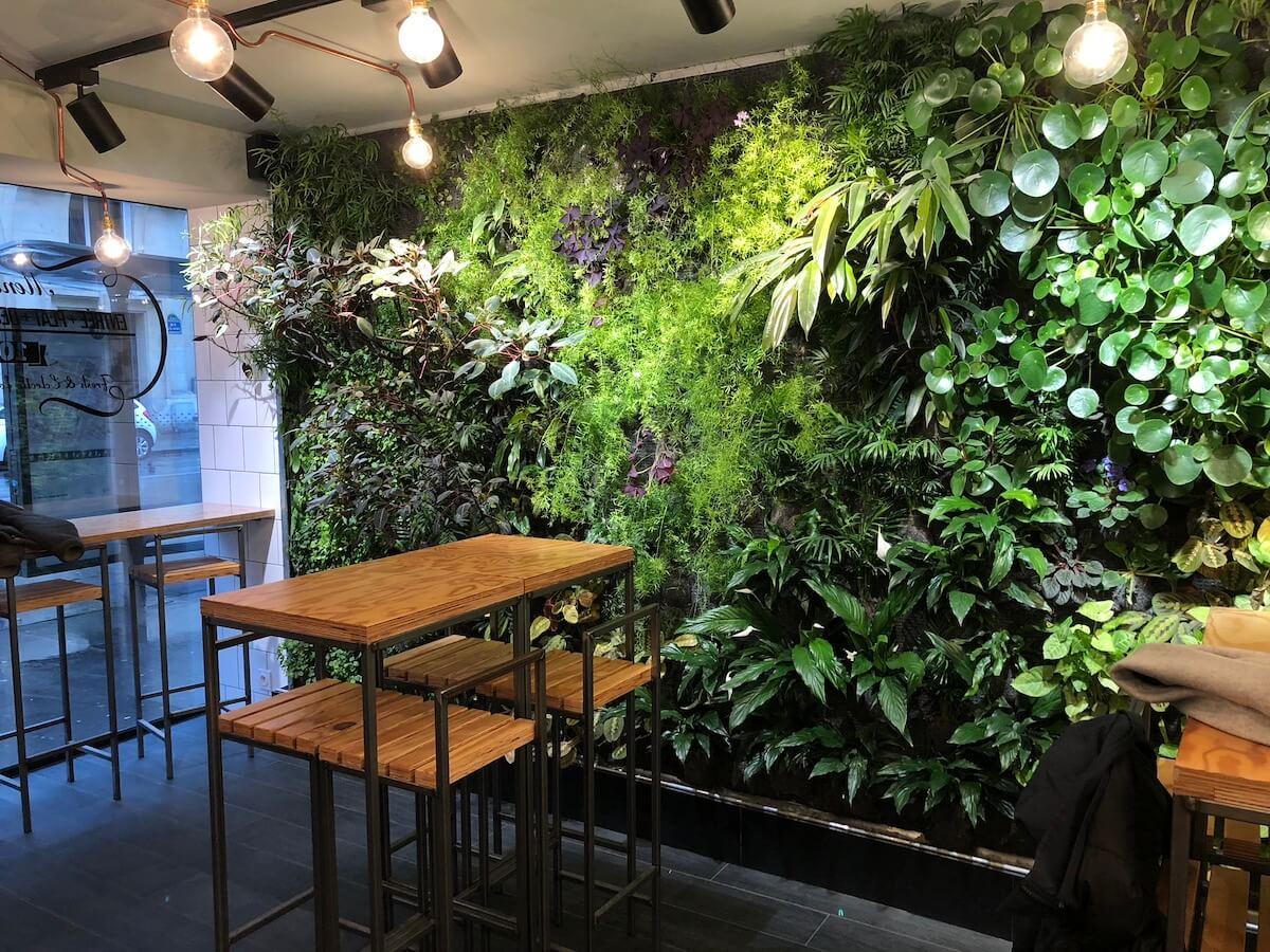 mur végétal dans un restaurant de fresh food à Paris