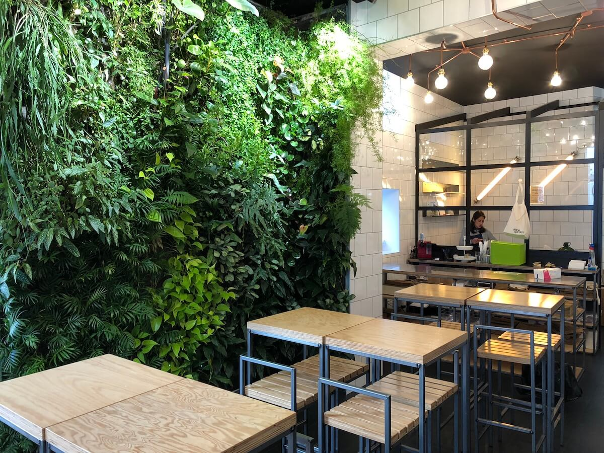 un restaurant de fresh food avec un mur végétalisé