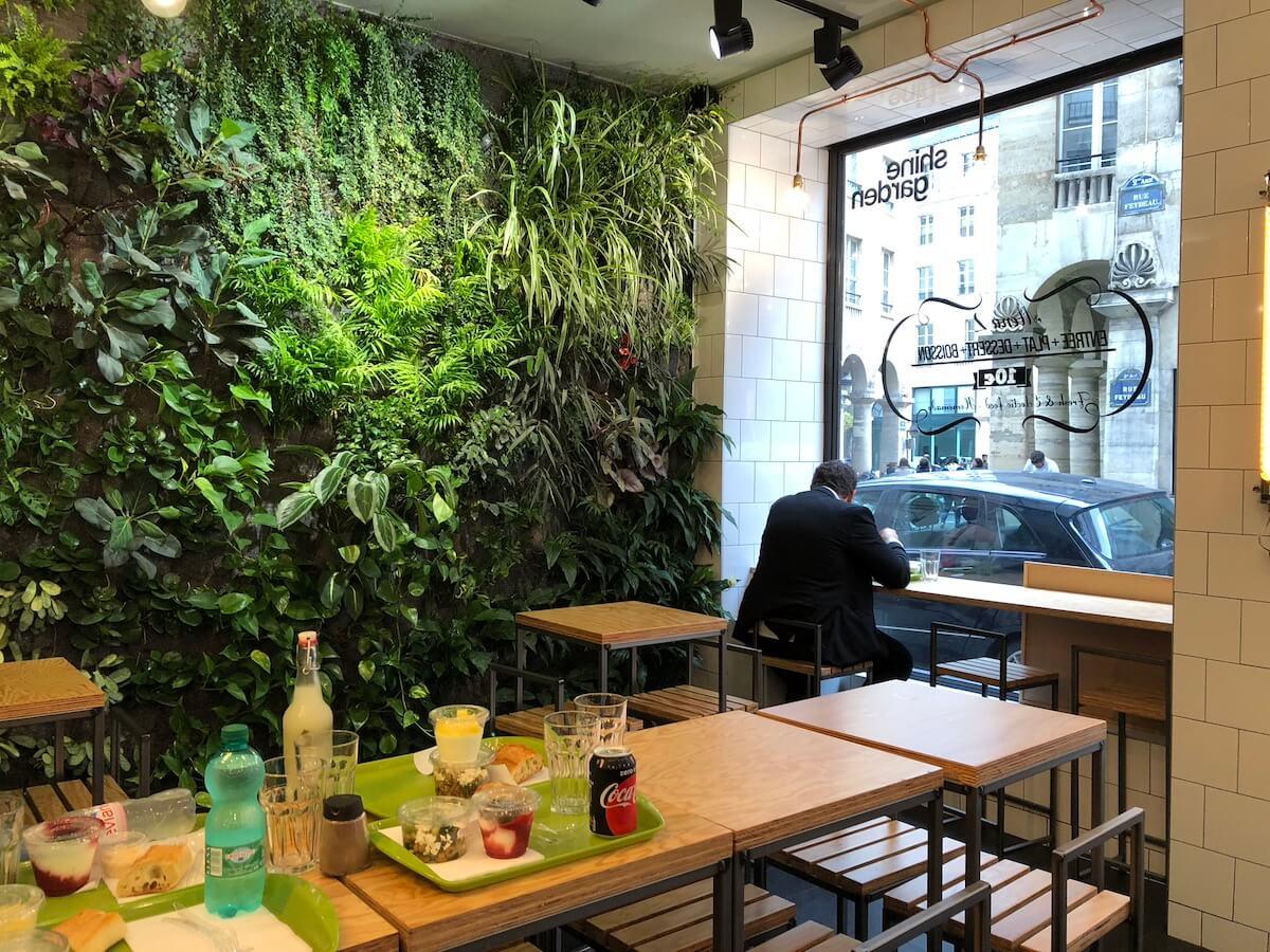 prendre son déjeuner à côté d'un mur végétal