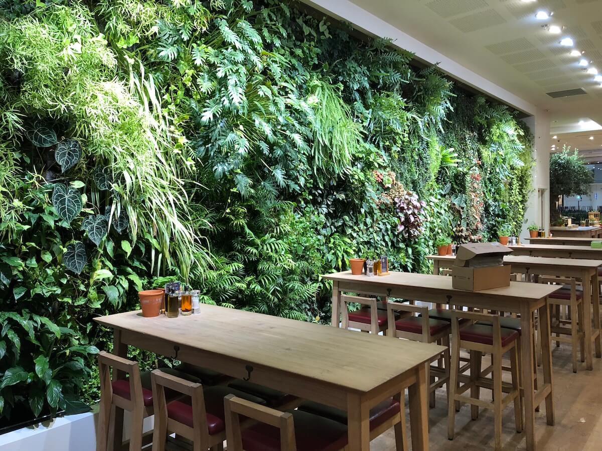 Le tables du restaurant à côté de Mur végétélisé