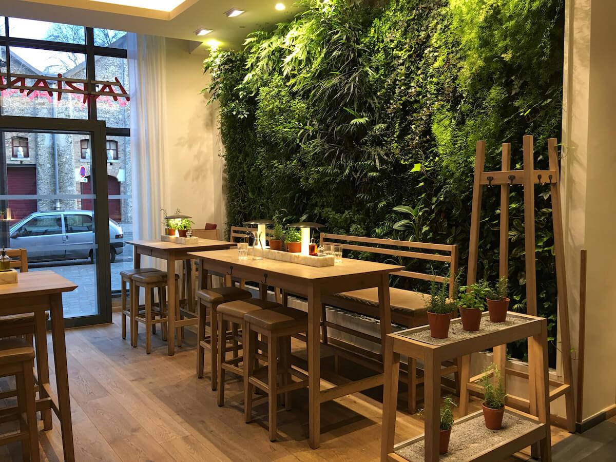 décor design et mur vegetal dans un restaurant de Vapiano à Paris Bercy