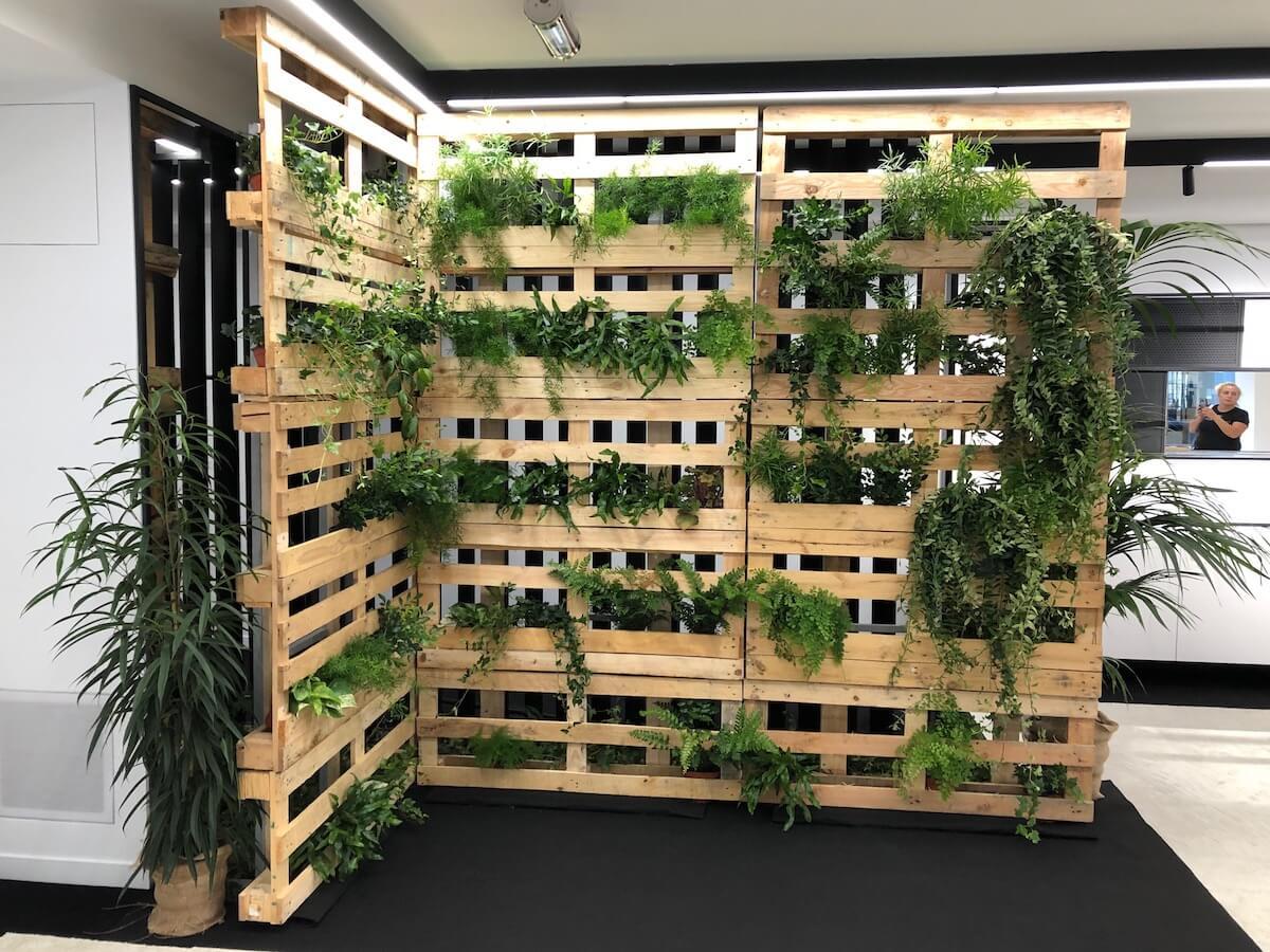 mur végétal en palettes en bois réalisé pour Chanel