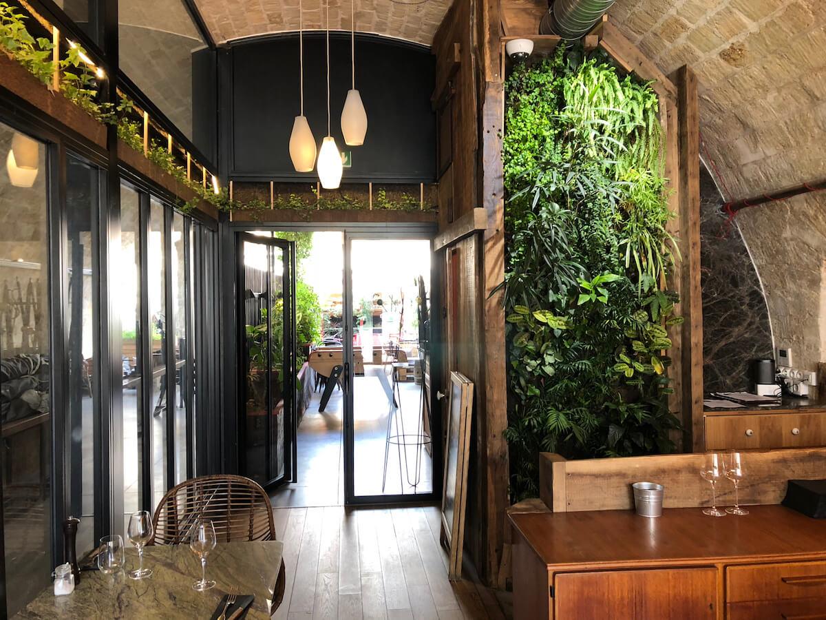 mur végétal et corniche végétalisé dans un restaurant