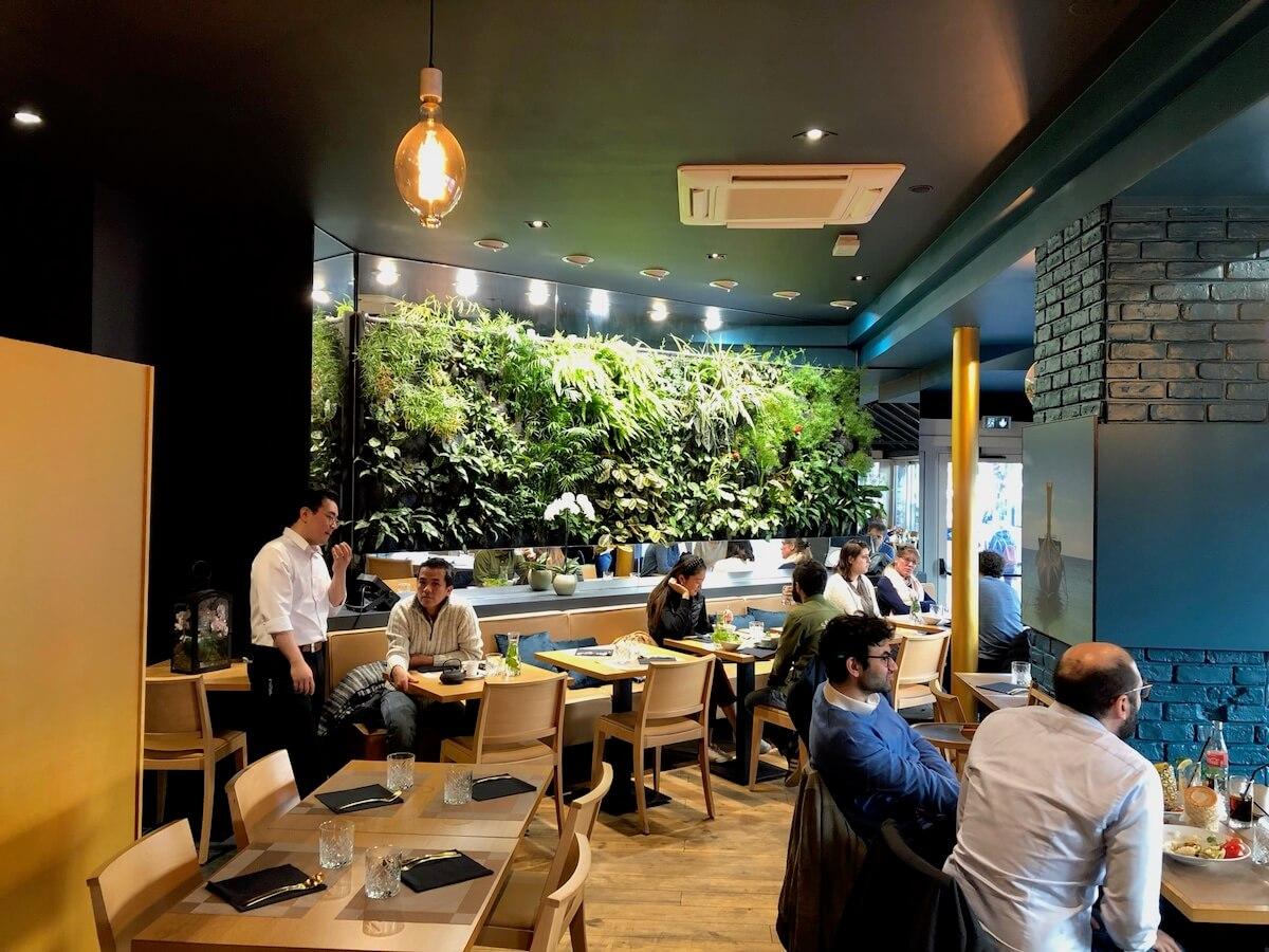 restaurant thai avec un mur végétal