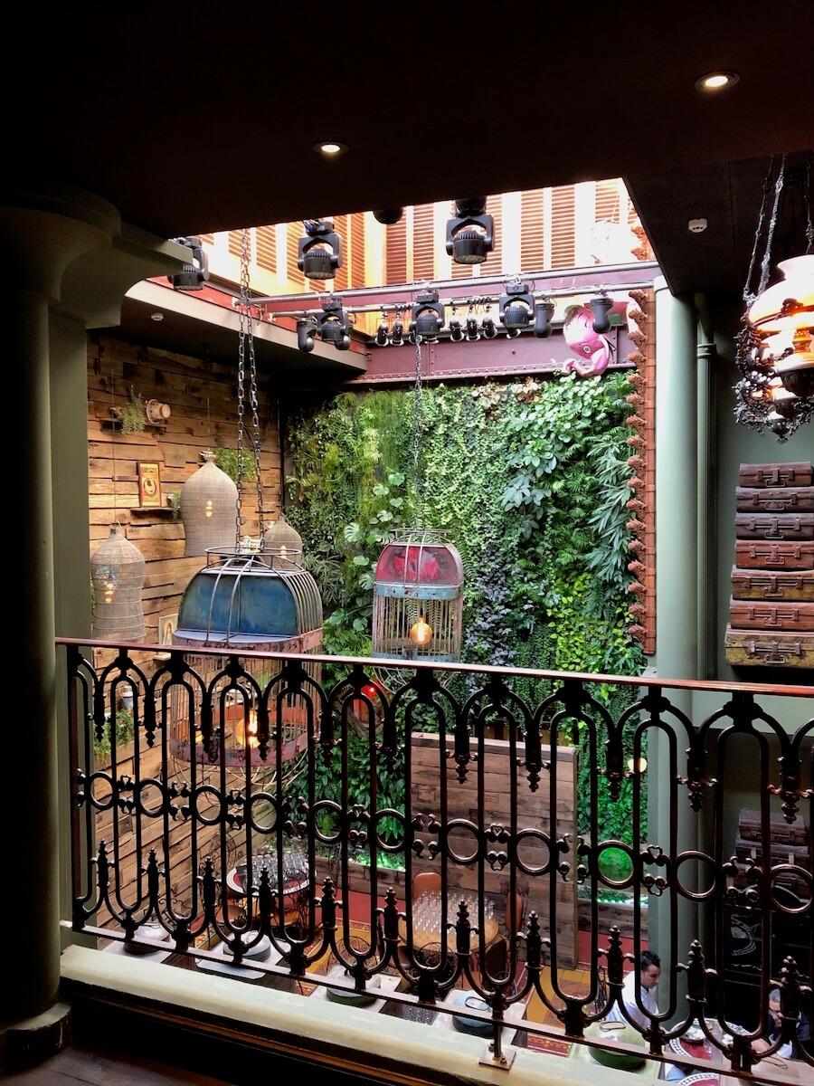 Balcon donnant sur un mur végétal