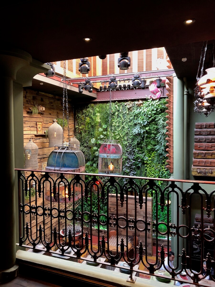 Balcon sur mur végétal