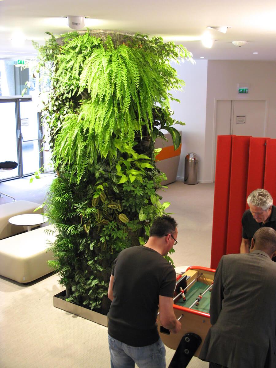 Colonne végétale dans une salle de repos chez Groupe Fromageries Bel