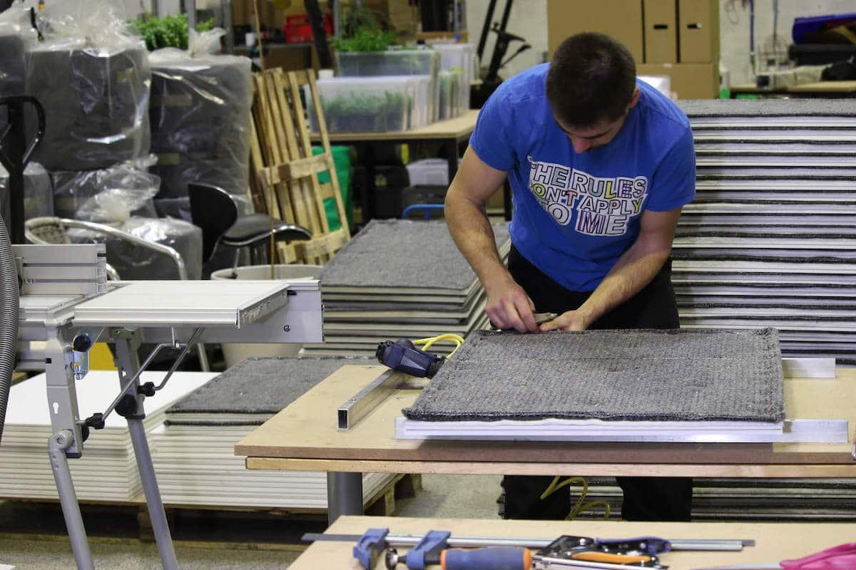 fabrication des panneaux dans l'atelier plant-r