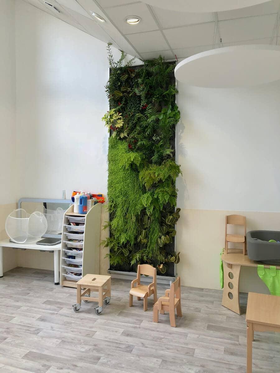 Mur végétal non toxique dans une creche de People and Baby