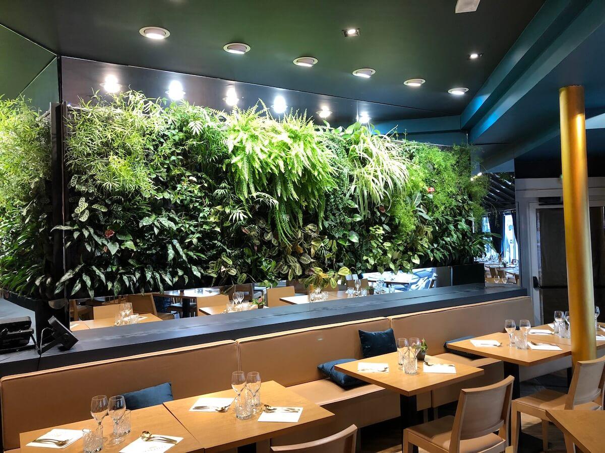 un jeu de miroirs autour d'un mur végétal installé dans un resto thaï